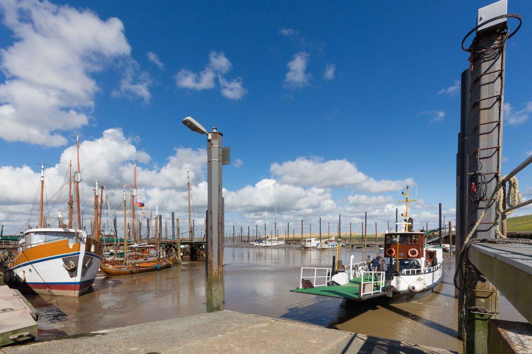 De haven van Ditzum met rechts de veerboot naar Petkum en links de schepen, welke nog gerepareerd moeten worden bij de Werf van Bultjer.