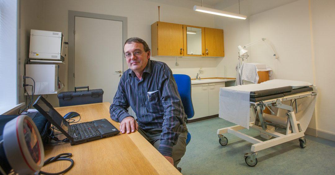 Dokter Palle Rjaberg in zijn spreekkamer op Mandø