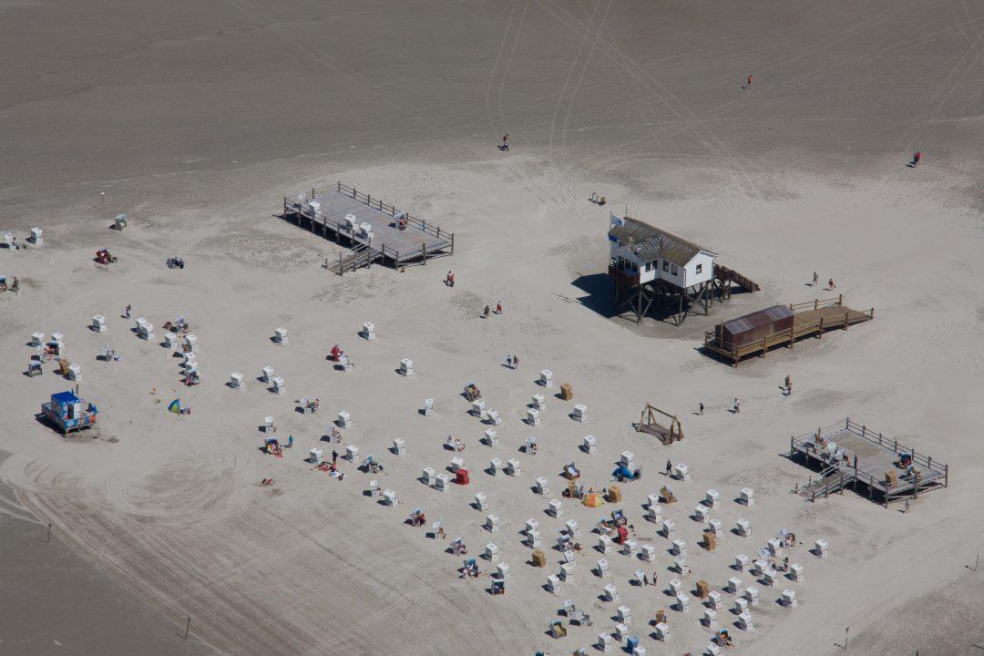 Arche Noah is een strandpaviljoen aan de waddenkust bij Dacht-Peter-Ording. Hoe hoger de palen, hoe minder last jr hebt van springtij.
