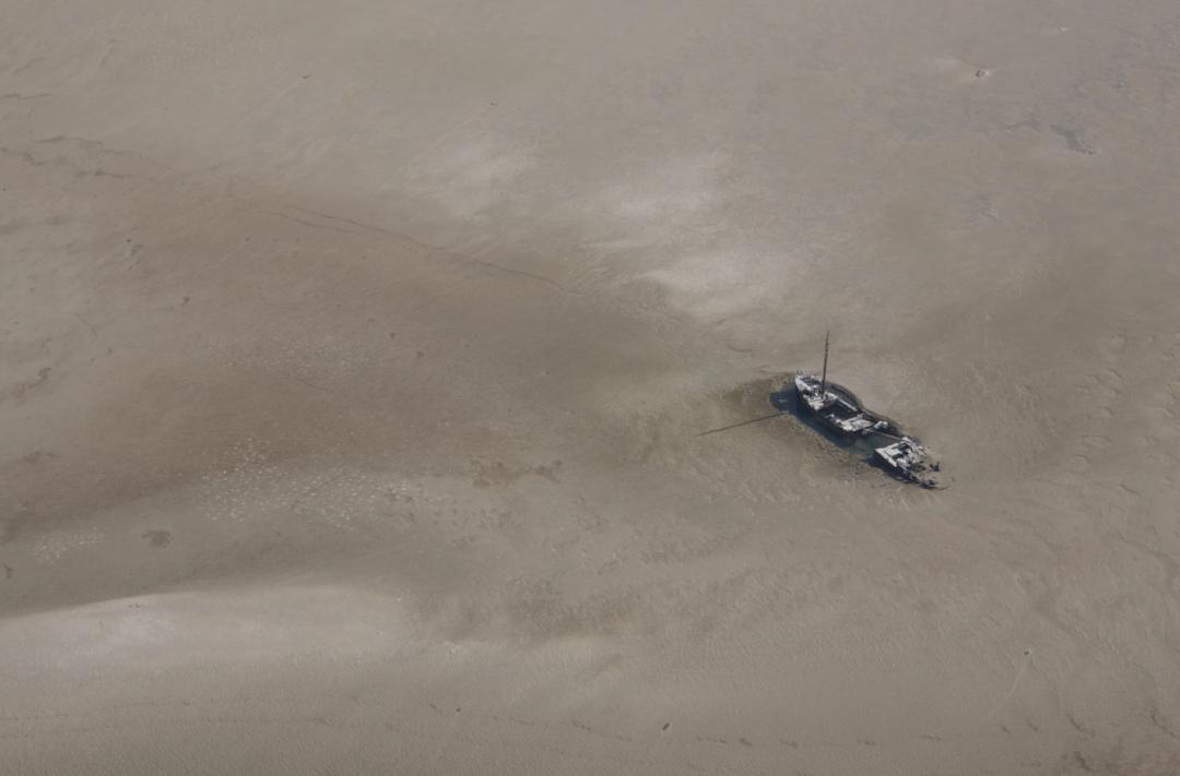 Ms Dunja ligt sinds 17 februari op de zandbank Knechtsand en lost daar langzaam op.