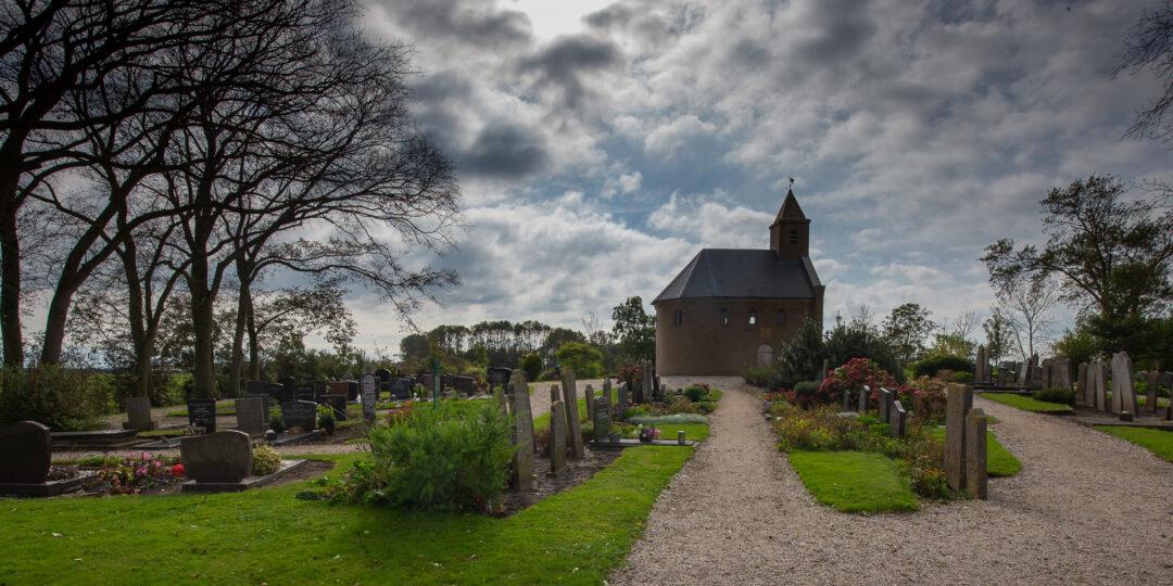 De begraafplaats met de Heidense Kapel aan de Stroeërweg 39 bij Stroe op Wieringen
